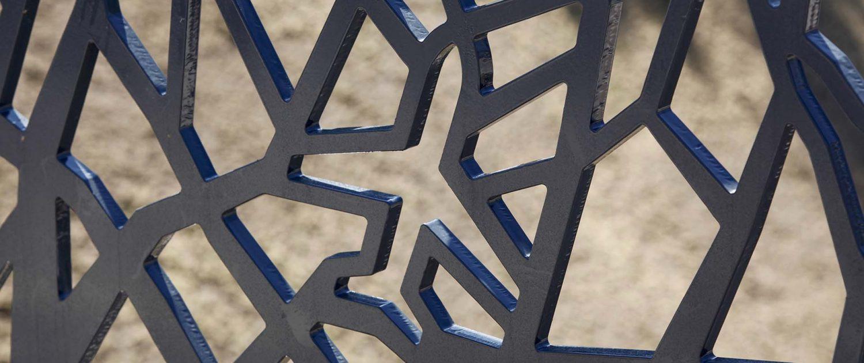 detail van hekwerk overkluizing Soesterberg, vliegtuigvorm verwerkt in hekwerk