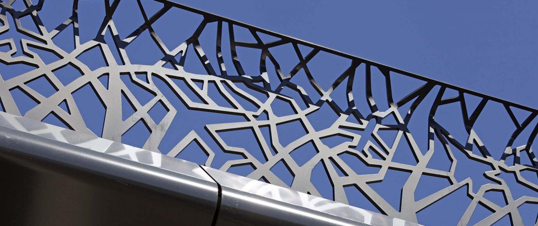 detail van hekwerk overkluizing N23 Soesterberg, zijaanzicht, abstracte vliegtuigvormen verwerkt in hekwerk, ontwerp door ipv Delft