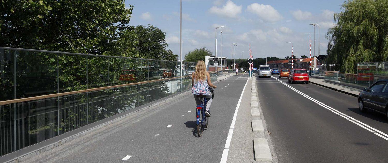 verkeer op verkeersbrug Koningin Julianabrug Alphen aan de Rijn