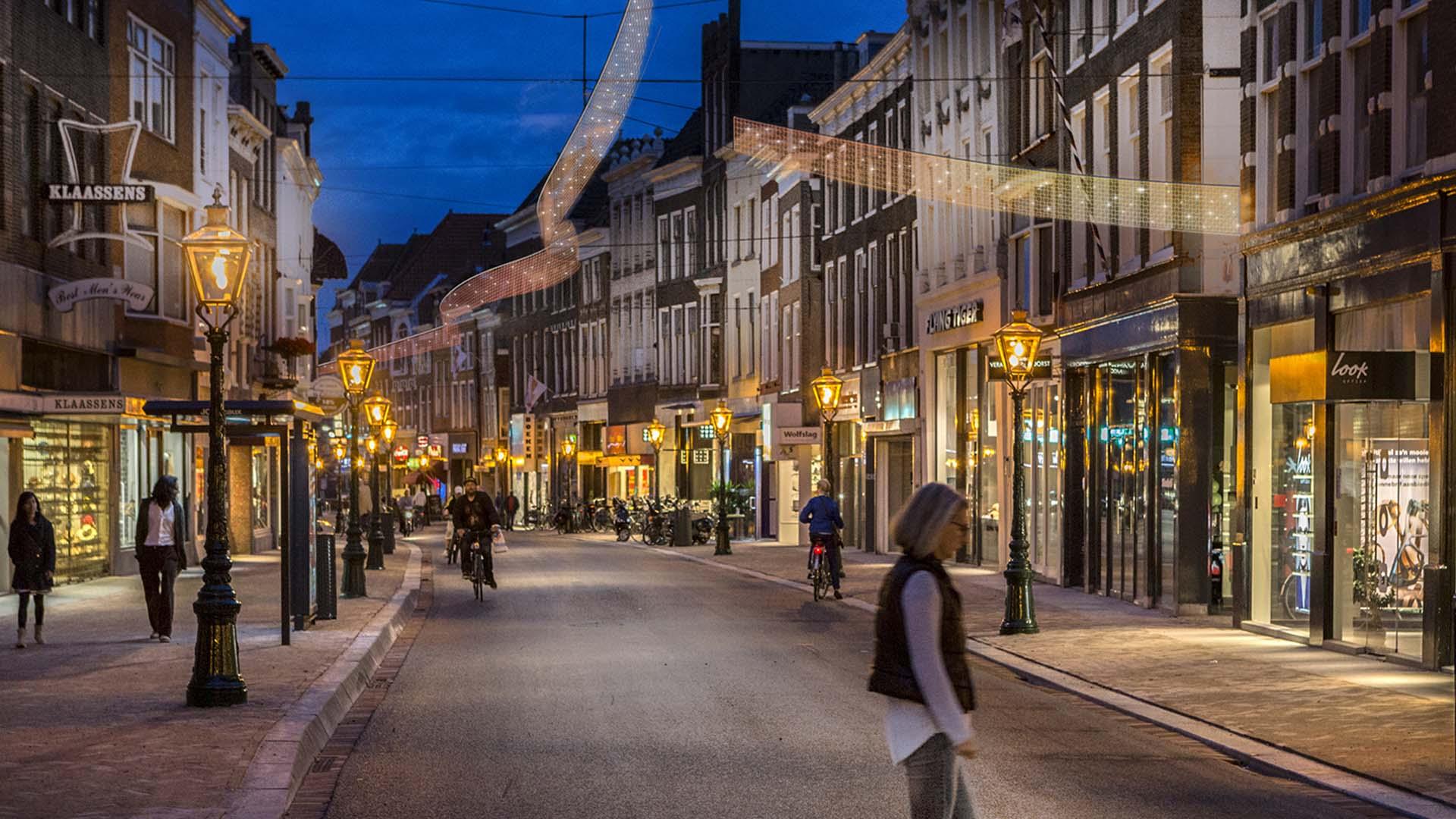 lichtslingers in straten, decoratieverlichting, lichtontwerp door ipv Delf
