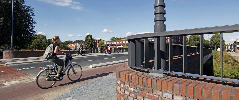 fietser op fietspad Bartenbrug Den Bosch, brugontwerp door ipv Delft