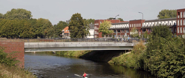 Kanoërs onder de Bartenbrug Den Bosch, grote betonnen en bakstenen verkeersbrug ontworpen door ipv Delft