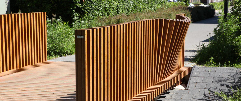 creatief bamboe houten hekwerk, fiets en voetgangersbrug