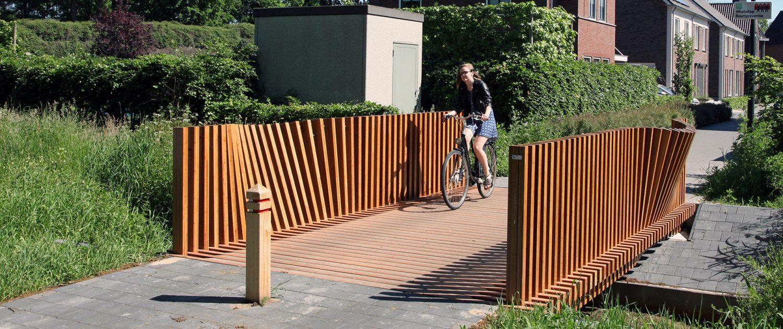 houten brug van Bamboe hout, fiets en voetgangersbrug