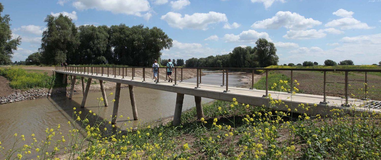 voetgangers op loopbrug Stadswaard Nijmegen, brugontwerp