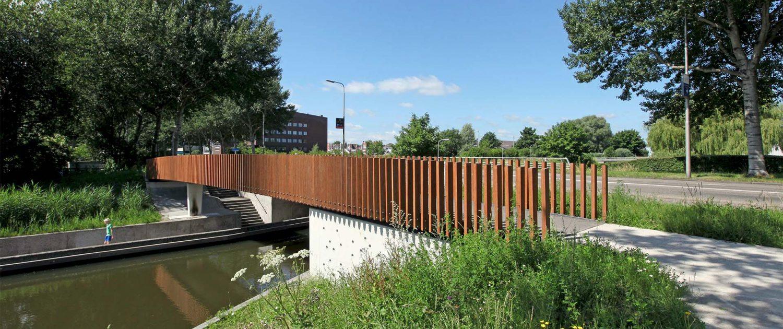 voetgangersbrug Watercampus Leeuwarden, composiet en bamboe balusters
