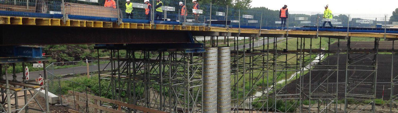 brug in aanbouw bekisting geplaatst