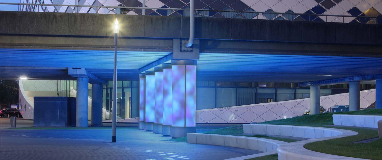 lichtsculptuur Schiphol boulevard, lichtblauwe verlichting