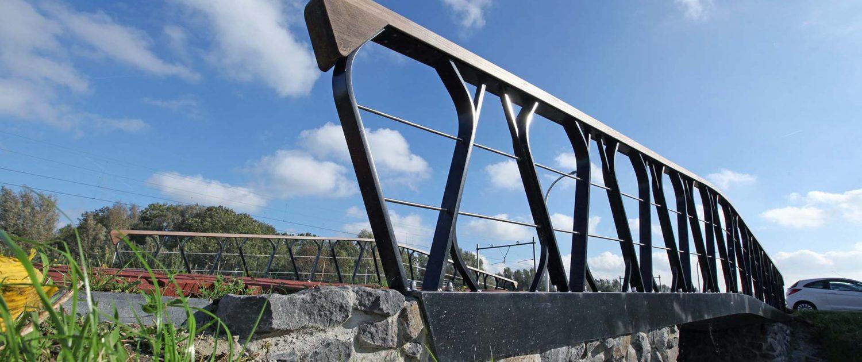 zijaanzicht voetgangersbrug hekwerk Boszoom Pijnacker,betonnen brug met composiet dek