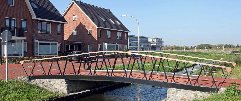 zijaanzicht fiets en voetgangersbrug Boszoom Pijnacker, stalen liggers en composiet dek, brugontwerp door ipv Delft