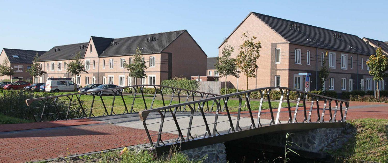 verkeersbrug woonwijk Boszoom Pijnacker, brugontwerp door ipvDelft, moderne betonnen brug met stalen liggers