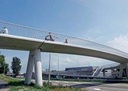 fietsbrug over N242 met veilig hekwerk, brug over provinciale weg, brugontwerp door ipv Delft