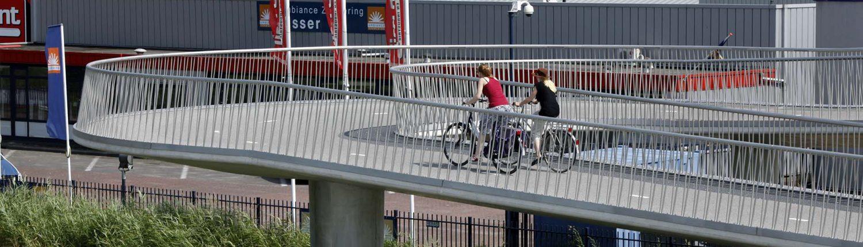 fietsbrug Heerhugowaard over N242, veilig hekwerk, bochten fungeren als rustplateau