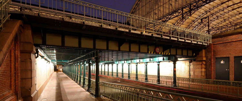 verlichte doorgang onder spoor in Haarlem, lichtarchitectuur door ipv Delft