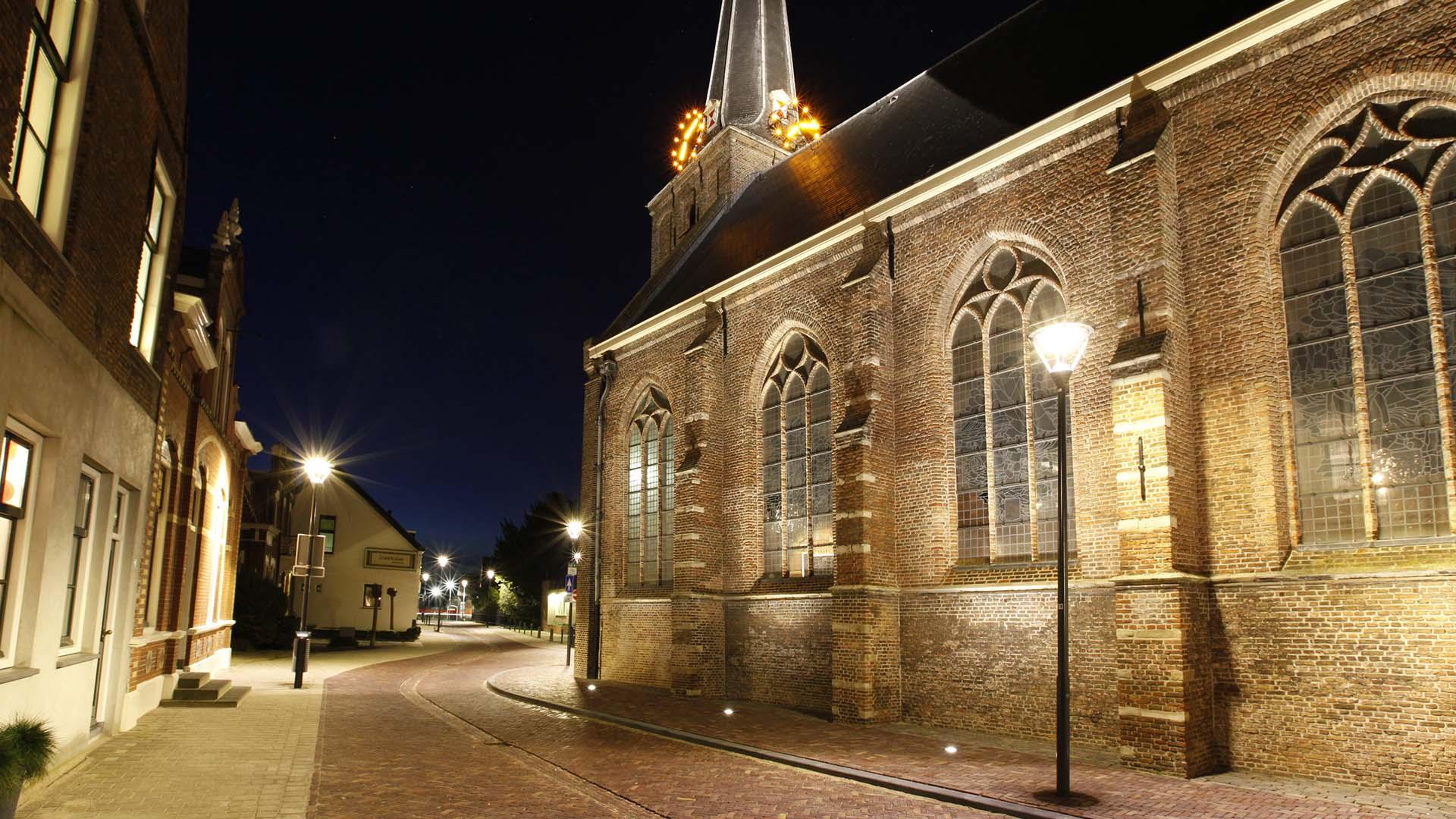verlichting benadrukt architectonische elementen kerkgebouw - ipv ...
