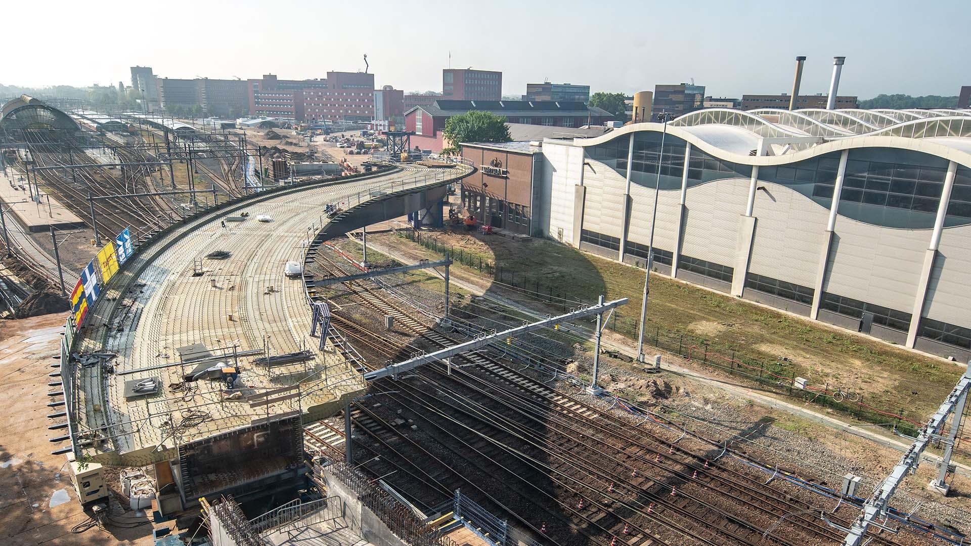 plaatsing stalen brugdek busbrug Zwolle, ontwerp door ipv Delft