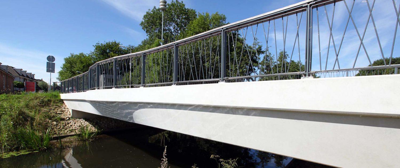 betonnen verkeersbrug met details speels spijlenhekwerk Haalmansbrug in Lochem, ontwerp door ipvDelft, houten balusters