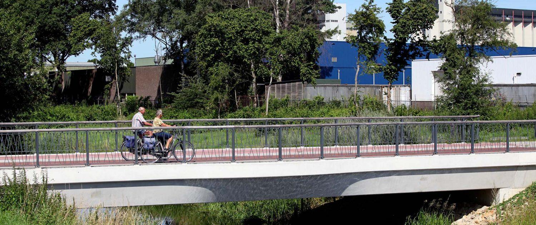 betonnen verkeersbrug met utikijkpunt en speels spijlenhekwerk Haalmansbrug in Lochem, ontwerp door ipvDelft, houten balusters