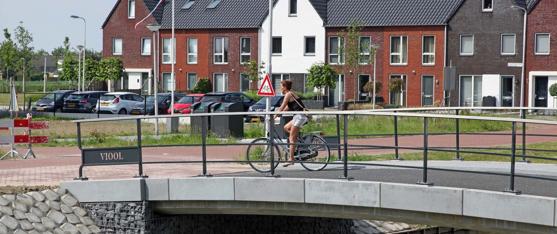 betonnen fietsbrug Poortwijk brugfamilie in Oud Beijerland