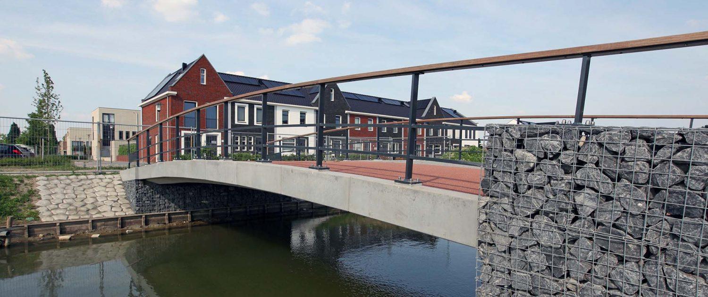 betonnnen fiets en verkeersbrug Poortwijk, schanskorven aan de zijkant