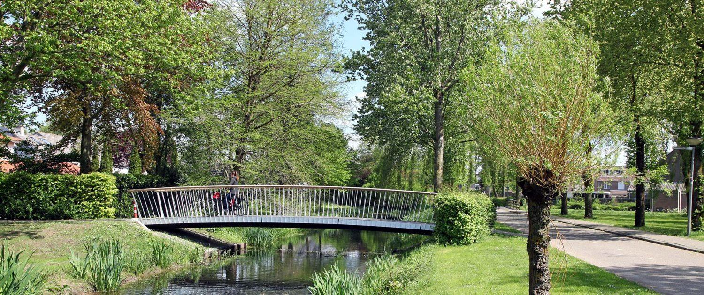standaard fiets en voetgangersbrug Den Bosch met houten railing, brugontwerp door ipv Delft