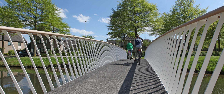 stalen stippen hekwerk bij fietsbrug Den Bosch, ontwerp door ipv Delft