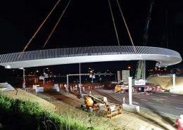 nachtelijke plaatsing stalen fietsbrug over de Europalaan, Beek, brugontwerp voor fietsverkeer