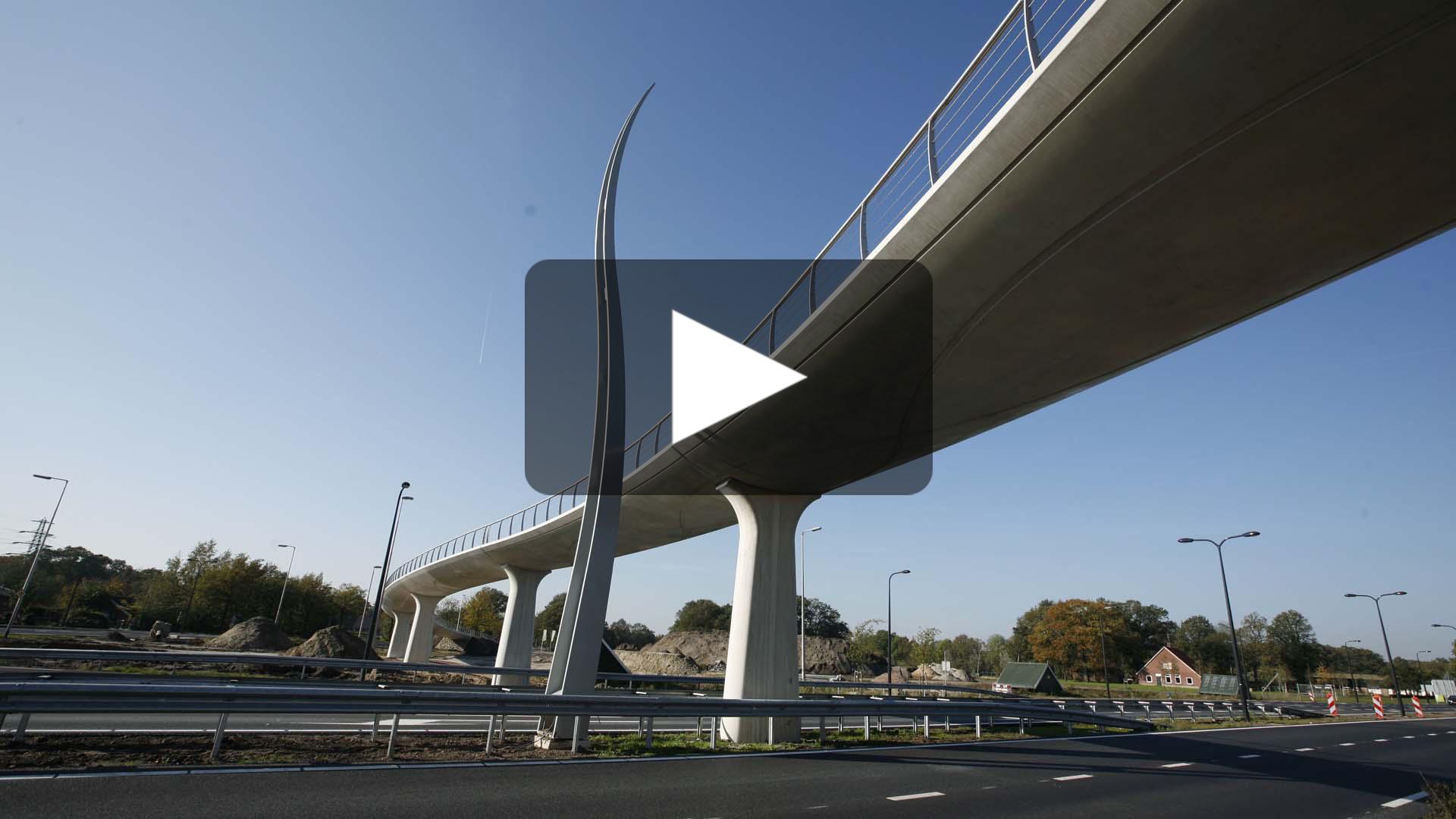 video-slingerende-betonnen-fietsbrug-AukeVleerstraat-Enschede