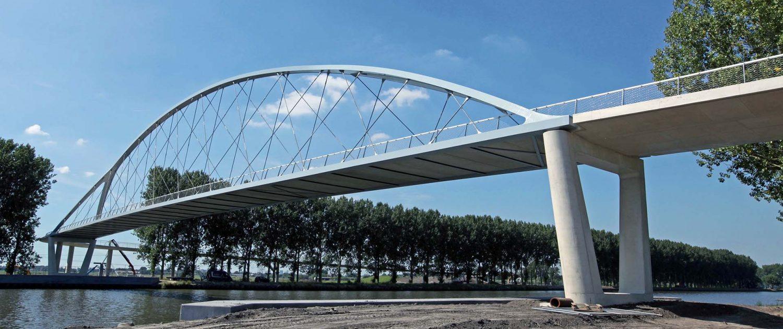 spectaculaire stalen boogbrug over Amsterdam-Rijnkanaal bij Nigtevecht