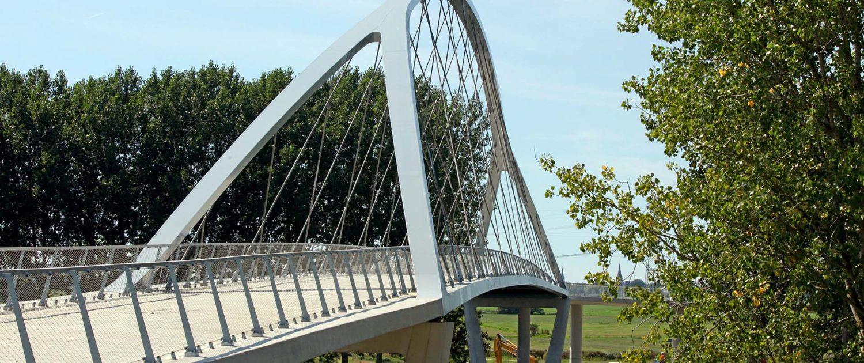 slanke boogbrug over Amsterdam-Rijnkanaal bij Nigtevecht stalen boog betonnen hellingbanen