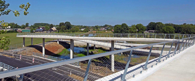 betonnen hellingbaan fietsbrug Nigtevecht in het werk gestort