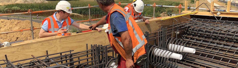 wapening in houten mal voor in het werk gestort betonnen brugdek fietsbrug N274 Onderbanken