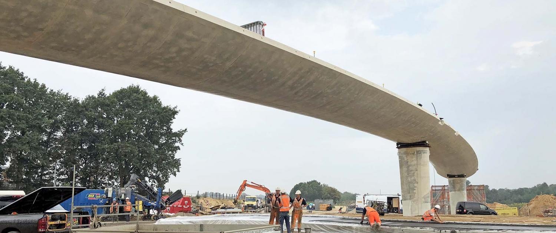 betonnen fietsbrug Onderbanken N274 in aanbouw