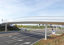 transparant-hekwerk-slanke-stalen-fietsbrug-Beek-ipvDelft