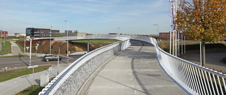 elegante brug snelfietsroute Sittard-Maastricht ontwerp ipv Delft