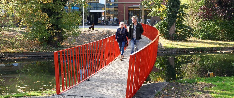 elegante voetgangersbrug Lijnbaan Vianen met rood spijlenhekwerk