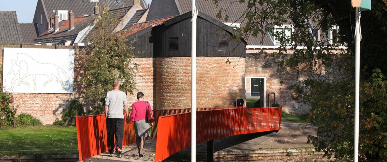 gekromde voetgangersbrug bij stadspoort Vianen staal en composiet