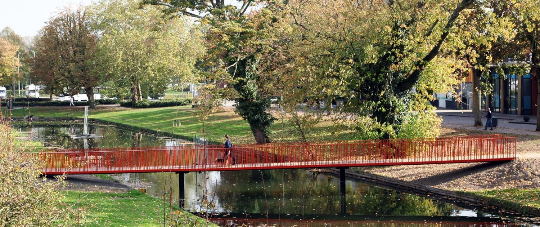 transparante rood stalen hekwerk voetgangersbrug over stadsgracht Vianen