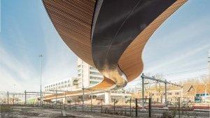 onderaanzicht busbrug Zwolle stalen kokerligger houten lamellen