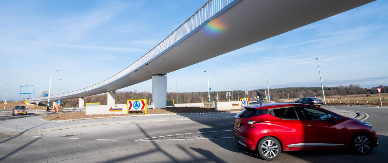PLM.09_011_vloeiende-lijn-betonnen-fietsbrug-N274-Onderbanken-copyright-ipvDelft-WendyJanssen