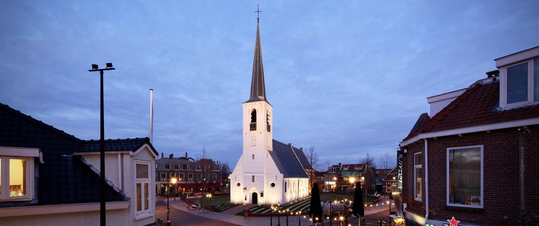 Witte-kerk-Noordwijkerhout-verlichting-kerktoren blauwe lucht