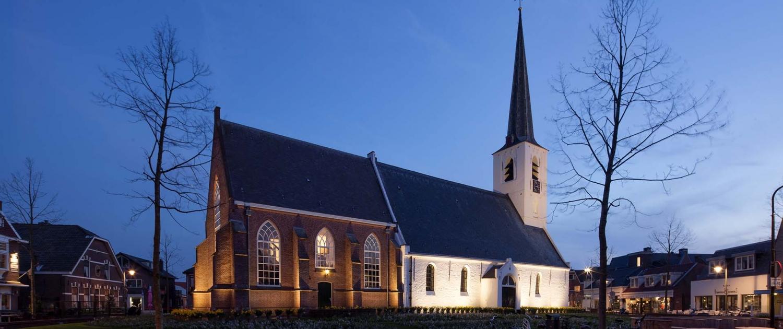 NWH.01_038_Witte-kerk-Noordwijkerhout-verlichting-zij-aanzicht-plein-ipvDelft