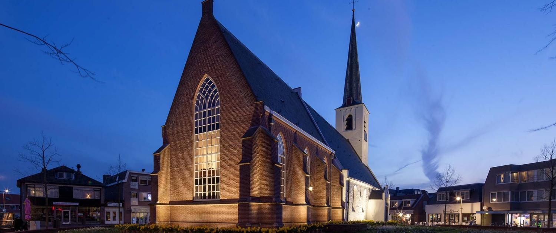 NWH.01_040_Witte-kerk-Noordwijkerhout-verlichting-voor-en-zij-aanzicht-dichtbij-ipvDelft