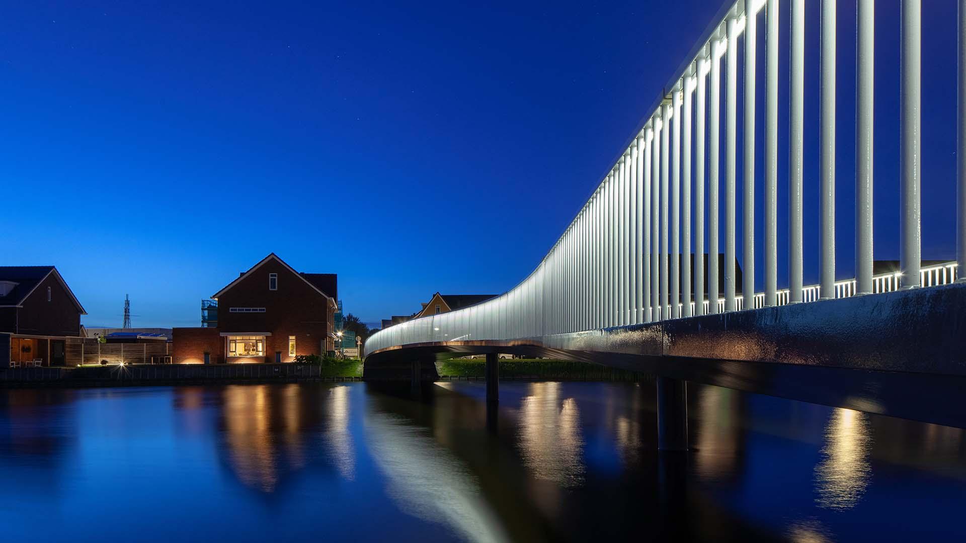 HHW.11_014_fietsbrug-De-Draai-Heerhugowaard-avond-verlichting-water-2-ipvDelft