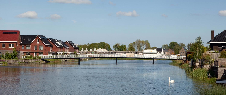HHW.11_111_fietsbrug-De-Draa-Heerhugowaard-zij-aanzicht-vanaf-water-ipvDelft