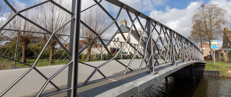 bruggen-UHSB-Koningshof-dek-en-stalen-hekwerk-Pijnacker-ipvDelft