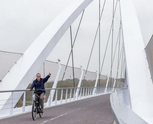 EHN.20_23okt2020-1_fietsers-enthousiast-over-fietsbrug-Tegenbosch