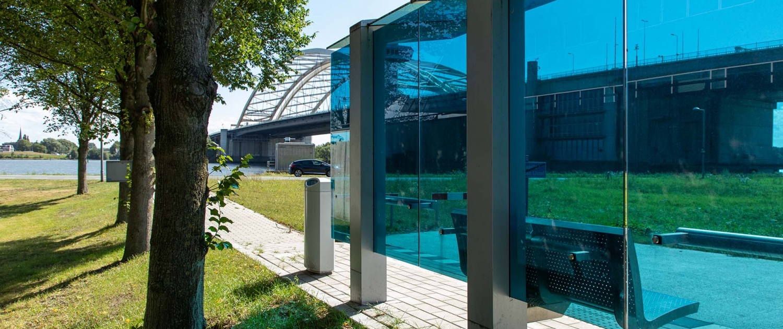 blauwe glazen abri Parkshuttle
