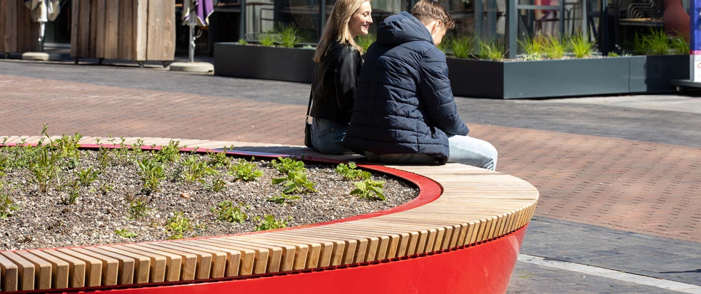 grote rode plantenbak met bank verbinding DOR binnenstad Roermond