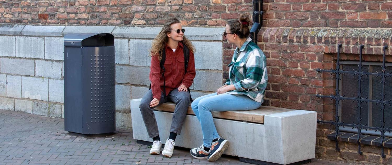 betonnen bank houten zitting binnenstad Roermond